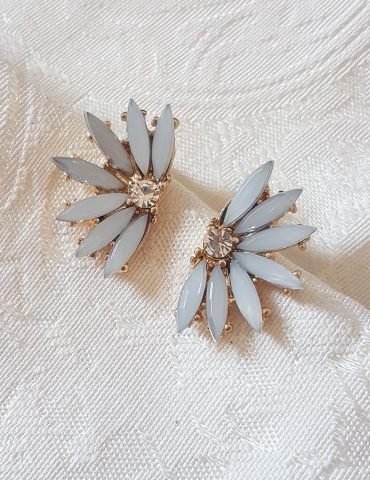 grey-flower-diamond-earrings
